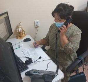 Волонтеры помогают операторам колл-центра в Республиканской больнице