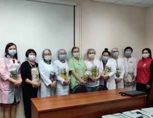 Волонтеры #МыВместе подарили пледы врачам